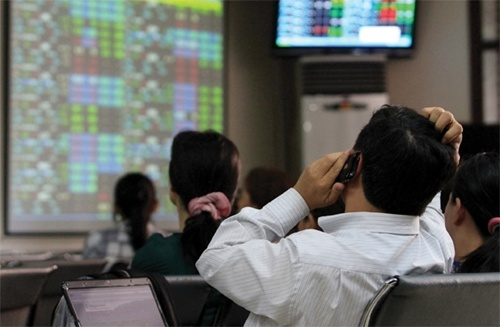 The benchmark VN Index on the HCM Stock Exchange pulled back 1.5 per cent from Wednesday's gain to close at 561.22 points. — Photo doanhnhansaigon
