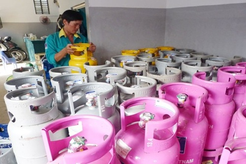 A 12 kg gas canister is sold from VND268,000 to VND270,000 on April 1. — Photo baochinhphu.vn